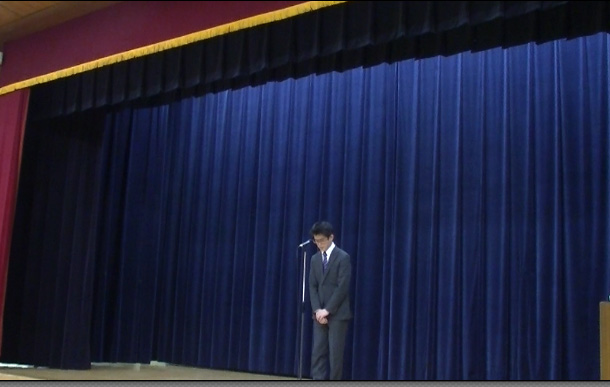 著者が、人前で話す機会、舞台上で挨拶。